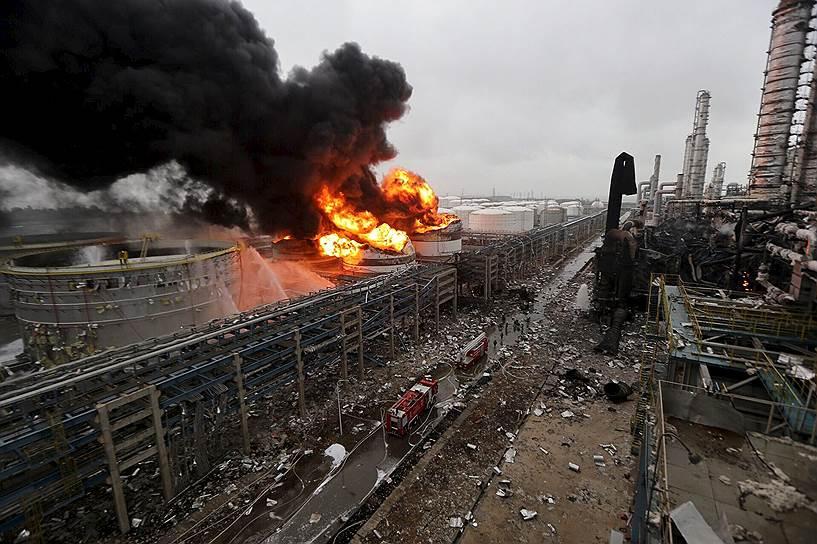Чжанчжоу, Китай. Пожар после взрыва на нефтехранилище химического завода Dragon Aromatics