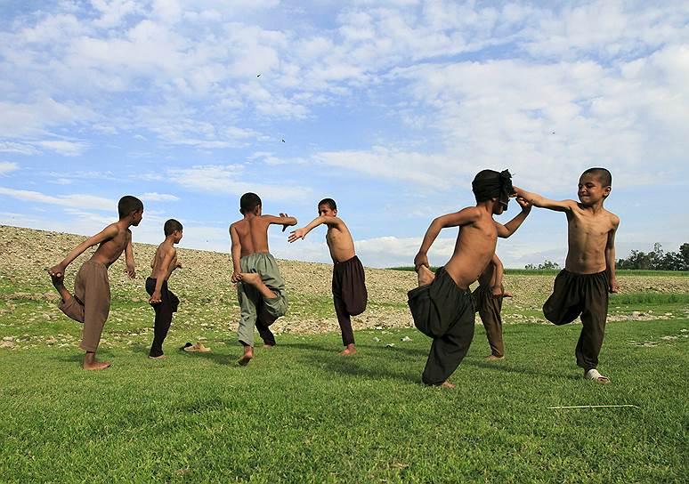 Джелалабад, Афганистан. Дети, играющие на окраине города