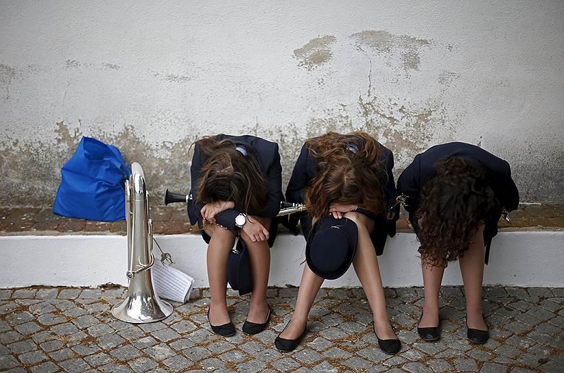 Конштансия, Португалия. Музыканты отдыхают перед традиционным шествием «Nossa Senhora da Boa Viagem»