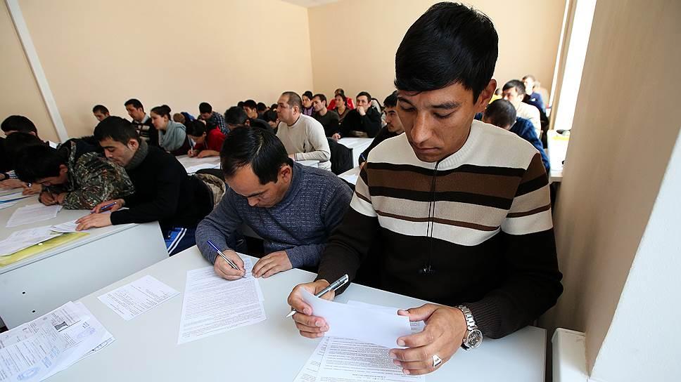 Мигранты жалуются на цену легализации