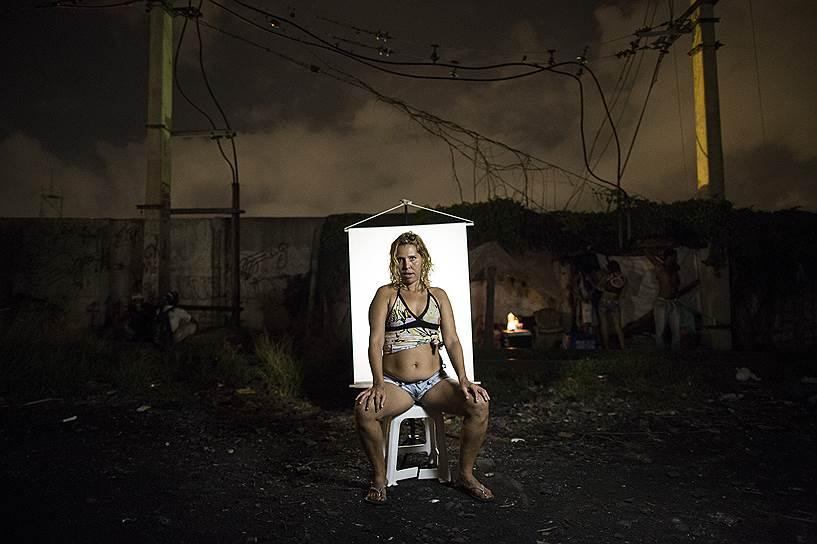 Бразилия — лидер по количеству употребляемого крэка (разновидность кокаина, предназначенная для курения). <br>На фото: Андреа (предпочитает, чтобы ее называли Лорой). Андреа замужем, у нее есть дом, но она продолжает возвращаться в Крэкленд, потому что не может победить свою зависимость