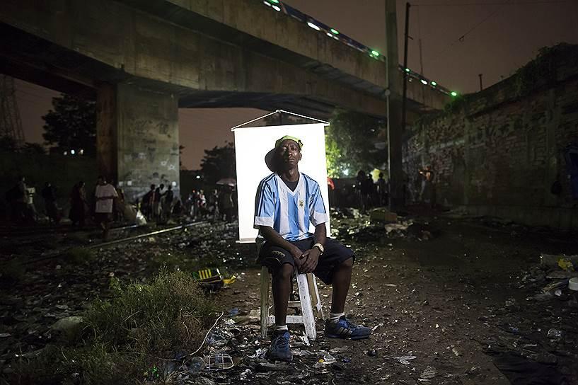 Сегодня в Бразилии около 1 млн зарегистрированных наркоманов, употребляющих крэк. Государственные программы по уменьшению числа наркоманов не работают. <br>На фото: Санчес Родригез, 32 года. Он курит крэк семь или восемь лет. Футболку для фотосессии он позаимствовал у друга, сославшись на то, что его недостаточно хороша