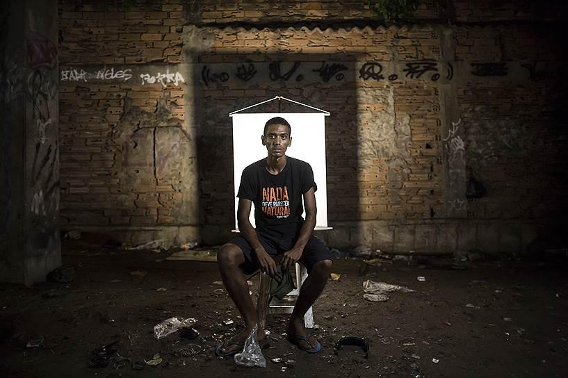 На фото: Андерсон Перейра, 23 года. Для съемки Перейра надел футболку с надписью на португальском: «Ничто не должно показаться естественным»