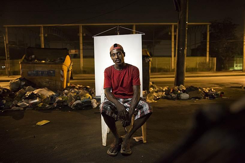 На фото: Андре Оливейра, 32 года. Андре зарабатывает на жизнь сбором мусора