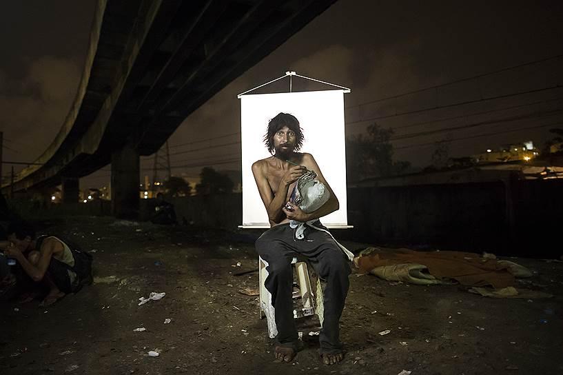 На фото: Ренато Диас, 39 лет. Употребляет крэк четыре года. В тетрадь в его руках он записывает истории о супергероях и своих мечтах. Говорит, что это помогает ему отвлечься