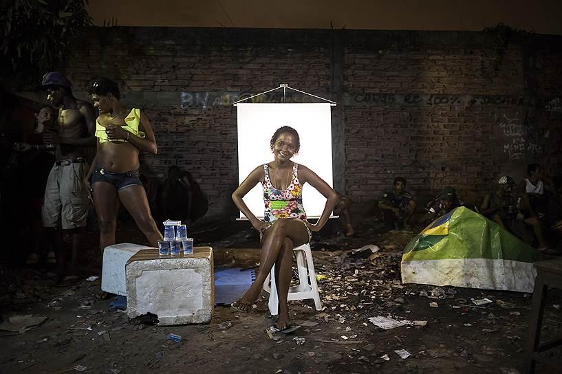 На фото: Карла Кристина, 26 лет. Карла продает кружки для воды с алюминиевыми ручками, которые можно использовать для употребления крэка