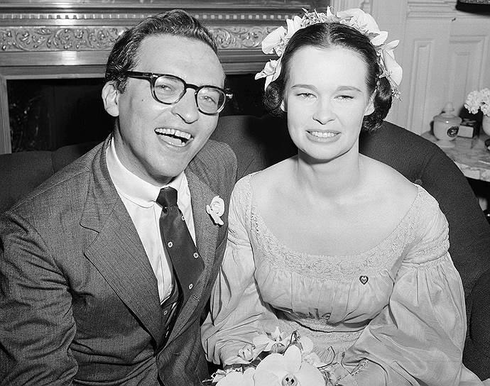 Сидни Люмет был женат трижды. Его первый брак с актрисой Ритой Гэм продлился недолго и окончился разводом. Второй женой режиссера стала светская львица Глория Вандербильт (на фото). У пары родились двое детей, но это не спасло их от развода. Третьей женой Люмета стала Гэйл Люмет Баккли