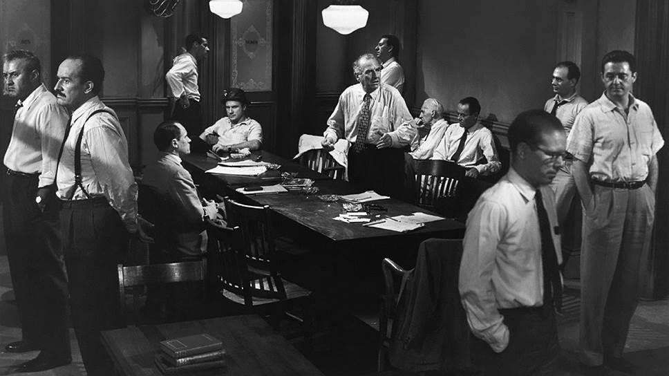 «Первый фильм служит сам себе оправданием, потому что это — первый фильм» <br>Фильм «12 разгневанных мужчин» (1957, кадр на фото) был снят по одноименному телеспектаклю 1954 года. Но то, что была естественно в театре, стало абсолютной новинкой в кино: события полуторачасового фильма разворачиваются в одном и том же помещении, а имен главных героев зритель так и не узнает. Фильм, снятый за 19 дней, стал эталонным в своем жанре