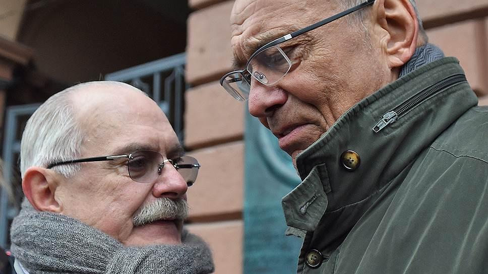 Председатель союза кинематографистов России, режиссер Никита Михалков (слева) и режиссер Андрон Кончаловский