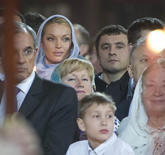Балерина Анастасия Волочкова (вторая слева) на праздничном пасхальном богослужении в храме Христа Спасителя