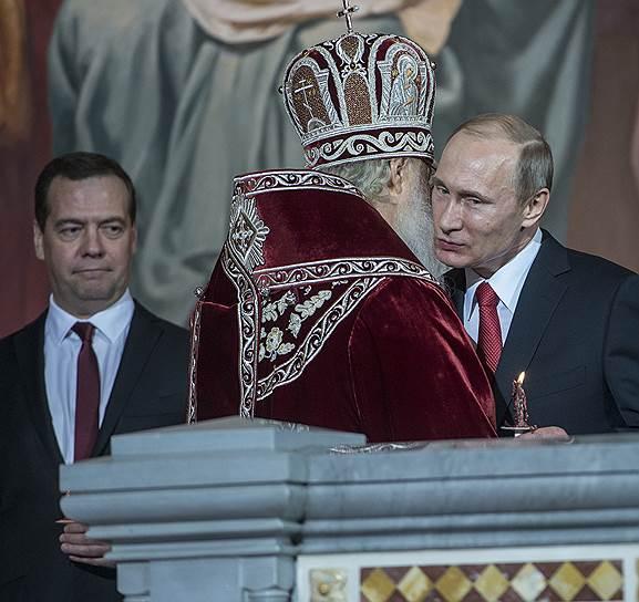 Слева направо: премьер-министр России Дмитрий Медведев, патриарх Кирилл и президент России Владимир Путин во время пасхального богослужения в кафедральном соборном Храме Христа Спасителя