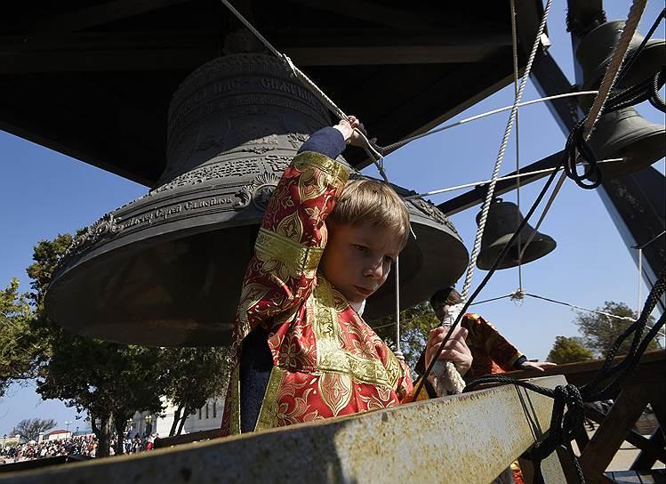 Пасхальная служба в историческом заповеднике «Херсонес Таврический» (пригород Севастополя) рядом с Владимирским кафедральным собором