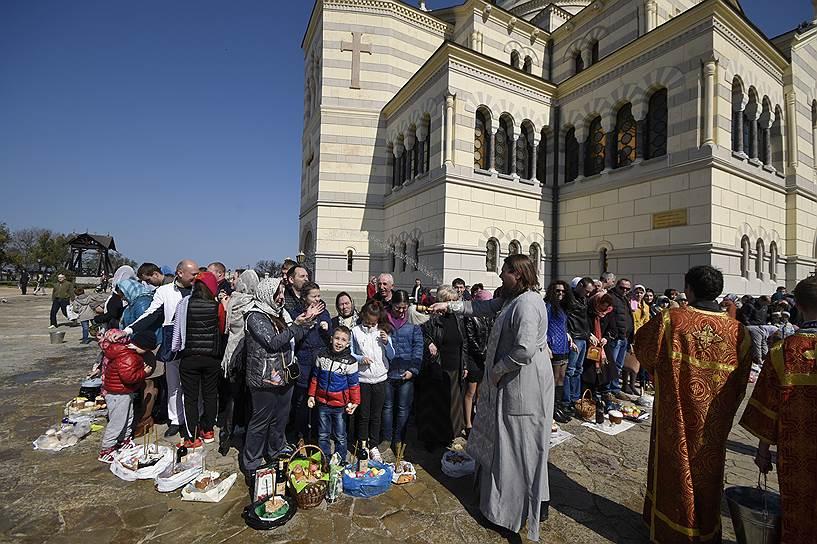 Освящение куличей в историческом заповеднике «Херсонес Таврический» (пригород Севастополя) рядом с Владимирским кафедральным собором