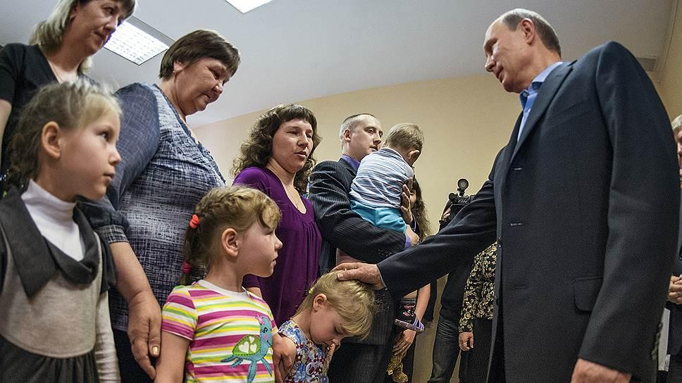 Президент России Владимир Путин встретился с погорельцами из числа сельской интеллигенции