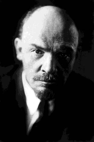 Ленин был непримирим и в отношении буржуазной интеллигенции, которая представляла для него опасность в случае присоединения к оппозиции. Осенью 1922 года из страны были высланы российские философы, литераторы и другие представители интеллигенции как «враги советской власти» («Философский пароход») — всего около 300 человек. К этому времени в России проводилась политика НЭПа, которая вызывала множество пересудов и сомнений в среде интеллигентов. Ленин опасался их влияния во многом из-за возросшего числа самиздатов, критиковавших правительство