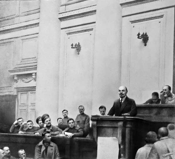 7 апреля в «Правде» были опубликованы «апрельские тезисы»  Ленина, в которых он выступал против поддержки Временного правительства и за то, чтобы власть была передана Советам. Он провозгласил курс на перерастание буржуазной революции в пролетарскую, выдвинув целью свержение буржуазии и переход власти к Советам и пролетариату с последующей ликвидацией армии, полиции и чиновничества, потребовал широкой антивоенной пропаганды