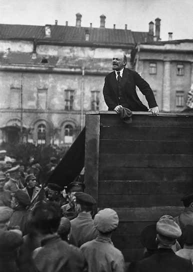 30 августа 1918 года на Ленина было совершено покушение. Он был успешно прооперирован. В покушении обвинили Фанни Каплан из партии эсеров. Во время Гражданской войны Ленин активно проводил политику красного террора, в ходе которого организовывались расстрелы и ссылки «неблагонадежных». Любые восстания подавлялись с применением армии. Даже по окончании Гражданской войны политика террора была продолжена. Более того, Ленин видел необходимость в ее законодательном урегулировании