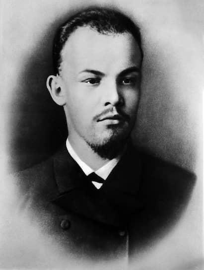 Началу блестящей карьеры госслужащего, которую прочили Ульянову-Ленину, помешало исключение его из университета из-за вступления в нелегальный кружок партии «Народная воля» и участия в студенческих беспорядках. Он был выслан в деревню в Казанской губернии, где жил до 1889 года. Из-за связи с кружком и казни брата Александра Ульянов-Ленин был включен в список «неблагонадежных лиц» и находился под постоянным полицейским надзором. Вернувшись в Казань, он вступил в один из марксистских кружков, а в мае 1889 года купил имение Алакаевка в Самарской губернии. Однако крестьяне украли у семьи лошадь и две коровы, после чего дом был продан, а сам Ленин переехал в Самару