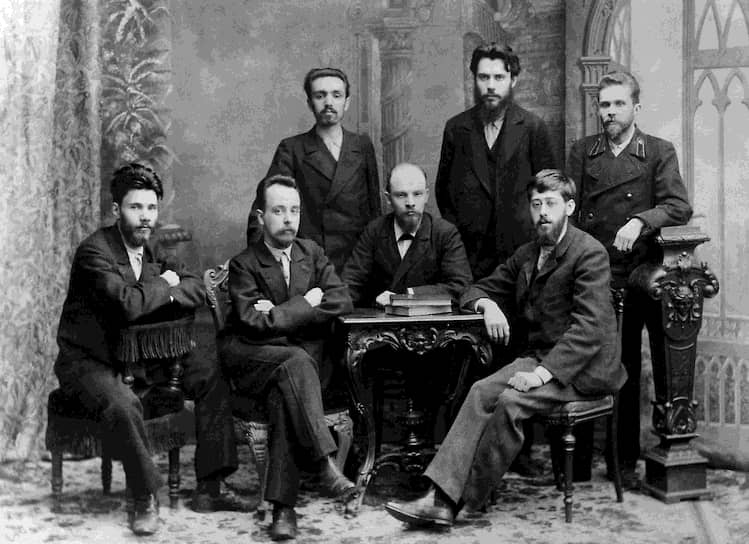 В мае 1895 года Ульянов впервые уехал за границу, где встречался с крупнейшими деятелями международного рабочего движения. По возвращении вместе с Мартовым он объединил разрозненные марксистские кружки в «Союз борьбы за освобождение рабочего класса» (на фото), который основной своей целью провозглашал свержение самодержавия в союзе с «либеральной буржуазией». В 1895 году Ульянов был арестован и спустя год тюрьмы выслан на три года в село Шушенское Минусинского уезда Енисейской губернии, куда отправился вместе с Надеждой Крупской