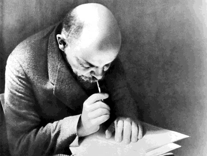 В ссылке Ульянов написал несколько десятков работ. Он помогал местным крестьянам, составляя за них юридические документы. В 1898 году в Минске была учреждена Российская социал-демократическая рабочая партия. Спустя два года Ульянов, ссылка которого окончилась, Мартов и Потресов начали устанавливать связь с социал-демократическим организациями с целью объединить их. Для этого было решено выпускать газету «Искра». Ее создание в России было невозможно, поэтому в 1900 году Ульянов выехал в Ригу, чтобы договориться с латышскими социал-демократами о транспортировке газеты из-за границы через порты Латвии
