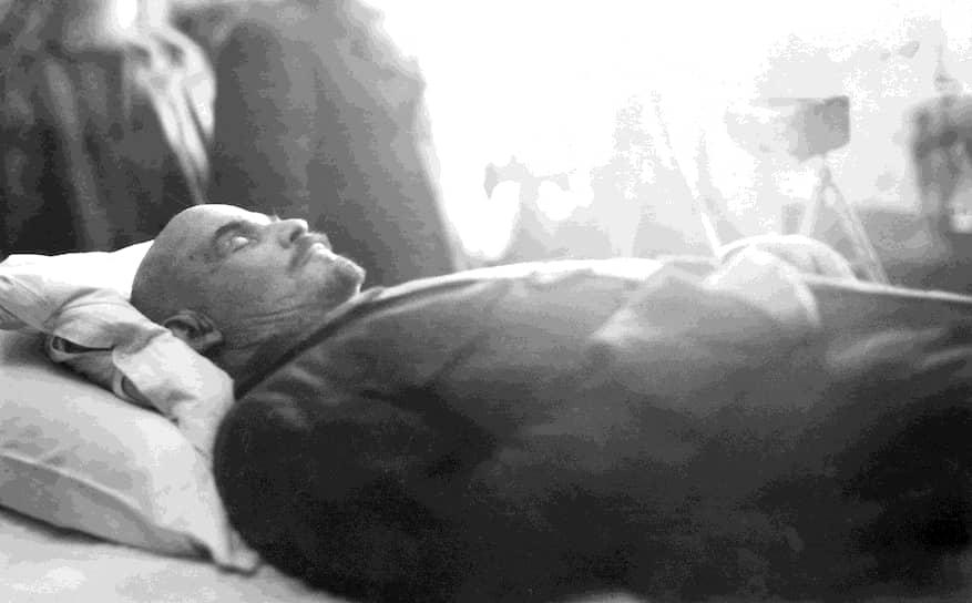 Владимир Ленин умер 21 января 1924 года после продолжительной тяжелой болезни, о точном диагнозе которой врачи и ученые спорят до сих пор. В официальном заключении о причине смерти Ленина в протоколе вскрытия тела написано, что «основой болезни умершего является распространенный атеросклероз сосудов на почве преждевременного их изнашивания». «Непосредственной причиной смерти явилось: 1) усиление нарушения кровообращения в головном мозге; 2) кровоизлияние в мягкую мозговую оболочку в области четверохолмия». Позднее, уже в 2000-х годах, ученые предположили, что Ленин умер от нейросифилиса