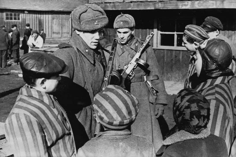 К 1943 году в лагере сложилась группа сопротивления. Она, в частности, помогала многим бежать. За всю историю лагеря было совершено около 700 попыток побега, но только 300 из них были успешными. Чтобы предотвратить новые попытки побега, было решено арестовывать и отправлять в лагеря всех родственников убежавшего, а всех заключенных из его блока убивать<br>На фото: советские солдаты общаются с детьми, освобожденными из концлагеря