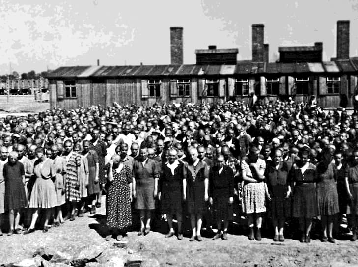 Шломо Венезия, бывший узник Освенцима:  «Две самые большие газовые камеры были рассчитаны на 1450 человек, но эсэсовцы загоняли туда по 1600 - 1700 человек. Они шли за заключенными и били их палками. Задние толкали впереди идущих. В результате в камеры попадало столько узников, что даже после смерти они оставались стоять. Падать было некуда»