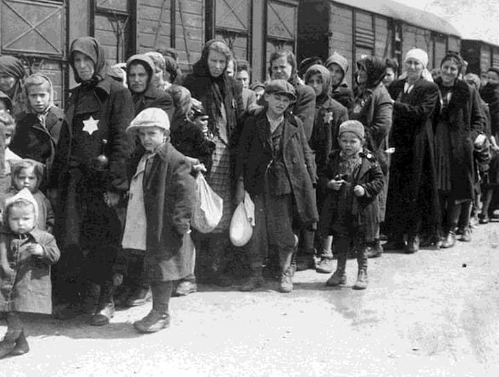 У всех прибывающих в лагерь отбиралось имущество, вплоть до зубных коронок, из которых выплавляли до 12 кг золота в сутки <br>На фото: женщины и дети на железнодорожной платформе Биркенау. Депортированные евреи проходили здесь селекцию: одних сразу же посылали на смерть (обычно тех, кого признавали негодными к работе — дети, старики, женщины), других отправляли в лагерь