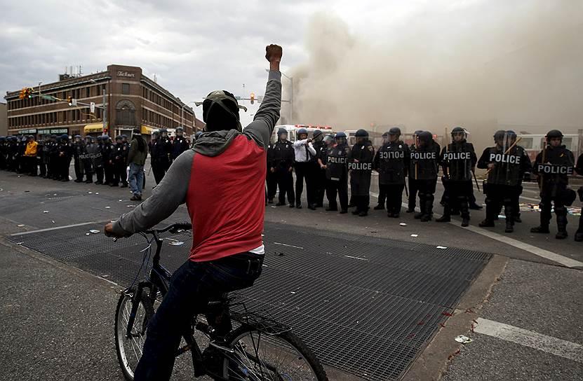 Протесты из-за гибели в результате задержания полицией афроамериканца Фредди Грэя еще несколько дней назад начинались вполне мирно, но вскоре переросли в уличные беспорядки и поджоги
