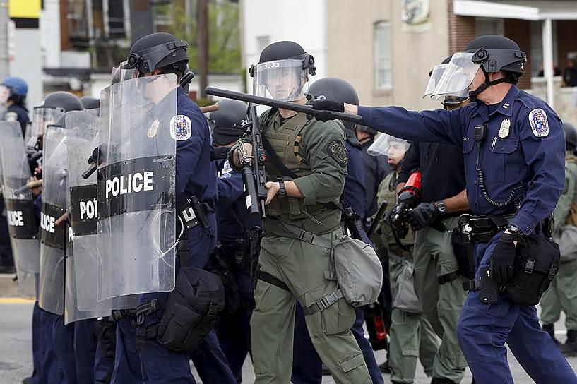 По одним данным, полиция проводила рейд в районе, где повышена преступная активность, связанная с наркотиками. По другим — в кармане у молодого человека был нож. Третьи источники утверждают, что Фредди Грей был замешан в перестрелке
