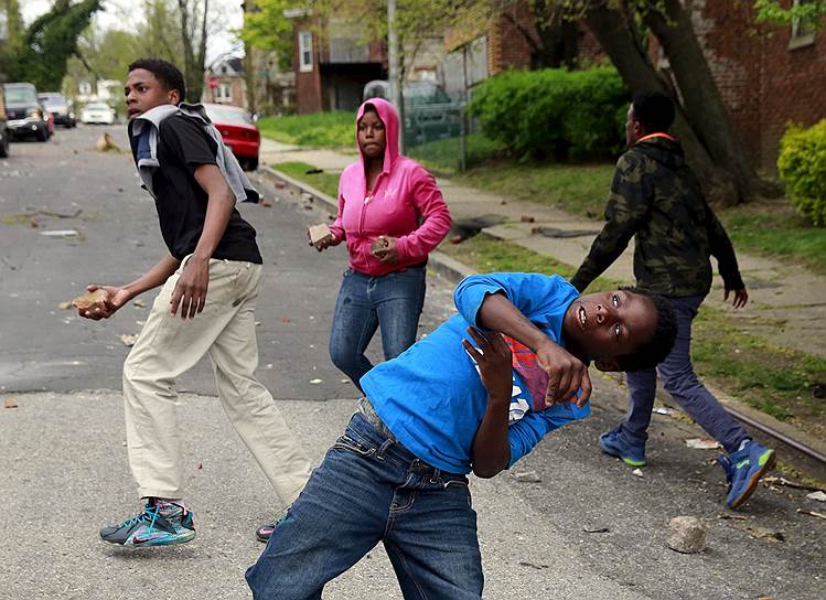 Фредди Грей умер в госпитале 19 апреля, и сразу после его похорон 21 апреля в Балтиморе начались спонтанные акции протестов. Изначально они носили мирный характер. Участники акций выступали против полицейского произвола и расизма, а также вспоминали других афроамериканцев, погибших от рук полиции
