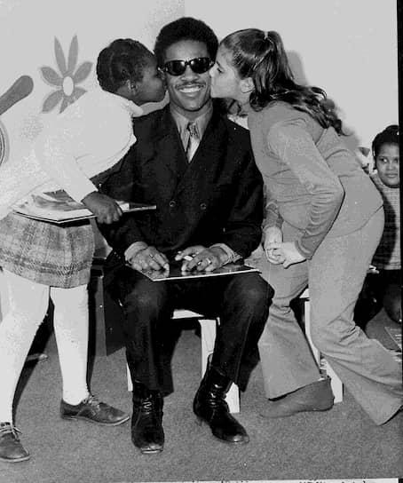 """«Почему есть сборники """"лучшие песни"""", но нет """"худших песен""""? Я бы свои послушал» <br>Первый настоящий хит Уандера — Fingertips (Pt. 2) — вышел в 1963 году. Спустя год набравший популярность музыкант дебютировал в качестве поющего актера в фильмах «Мускулы на пляже» и «Пляж бикини». При этом он по-прежнему работал с Motown, сочиняя песни для себя и своих коллег. Сотрудничество продлилось до 1971 года. Именно тогда вышла пластинка Where I'm Coming From, а Стиви заработал свой первый миллион"""