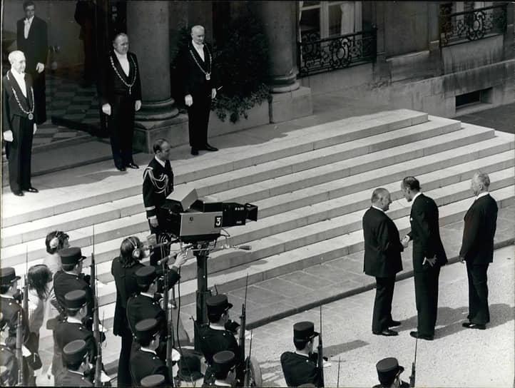 Левые идеи проиграли вере молодого и энергичного Жискара в рыночную экономику, дающую, по его мнению, значительно больше возможностей для решения социальных проблем. Валери Жискар д'Эстен получил 50,8% голосов и 27 мая того же года вступил в должность президента Франции