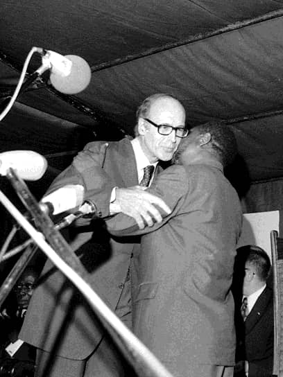 Африка являлась основным рынком сбыта французских вооружений. Среди прочих, французский ВПК снабжал оружием режим апартеида в ЮАР и военную диктатуру в Центральноафриканской республике (ЦАР), которая к 1976 году внезапно переродилась в Центральноафриканскую империю, а президент ЦАР Жан-Бедель Бокасса (на фото справа) провозгласил себя императором. Елисейский дворец, ради контроля над урановыми месторождениями империи, поддерживал тесные связи с режимом Бокассы — открытого каннибала. Валери Жискар д'Эстен регулярно посещал страну ради охоты