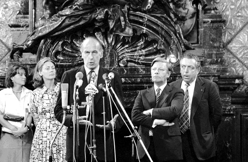 В вопросах обороны Жискар доверял более опытному Шмидту, заразившему его идеей о создании независимой общеевропейской обороны. Их деятельность в этом направлении привела к созданию в начале 1980-х совместной франко-западногерманской обороны. Жискар д'Эстен осуждал гонку ядерных вооружений. При этом в период его президентства Франция вышла на второе место по экспорту оружия в мире после СССР