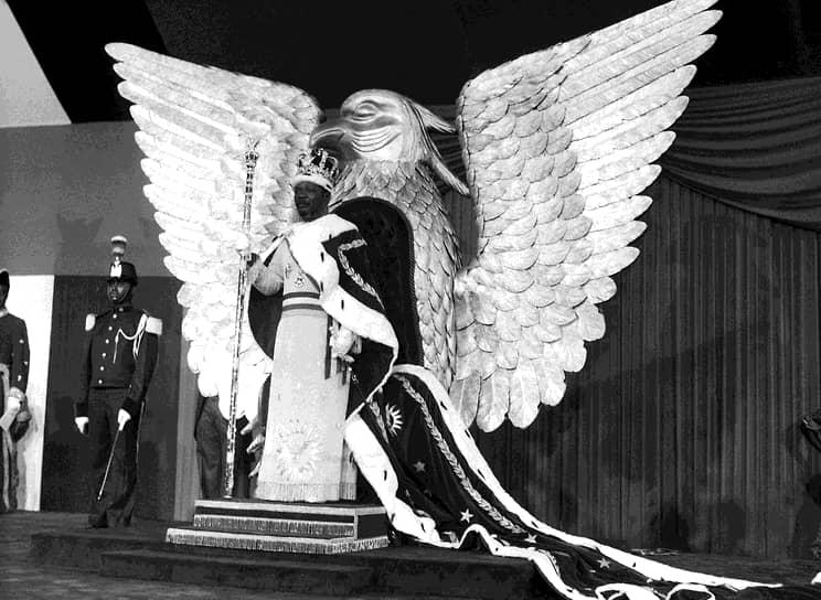 Коронация новоявленного монарха, организация которой затянулась на два года, обошлась в $20 млн — на тот момент это третья часть бюджета империи. Только корона из чистого золота — точная копия той, что была возложена на голову Наполеона — стоила $5 млн. Большую часть расходов на церемонию взял на себя Париж в рамках программы помощи бывшей колонии. Это не помешало французским спецслужбам осуществить ряд покушений на диктатора в конце 1970-х. В сентябре 1979 года режим Бокассы был свергнут в одну ночь силами французского спецназа. Спецоперация была названа «Последней французской колониальной экспедицией»