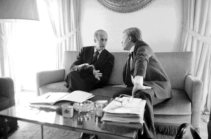 «Что касается европейской валютной системы, то это была прежде всего моя идея, совместная оборона — канцлера Шмидта»<br>Валери Жискар д'Эстен и Гельмут Шмидт (канцлер ФРГ c 1974 по 1982 годы, на фото справа) на протяжении всей жизни поддерживали «сердечные и доверительные отношения», сложившиеся еще с начала 1970-х, когда они оба отвечали за экономику в своих странах. Именно этот тандем создал европейскую валютную систему, просуществовавшую с 13 марта 1979 года до перехода к евро в 1999 году