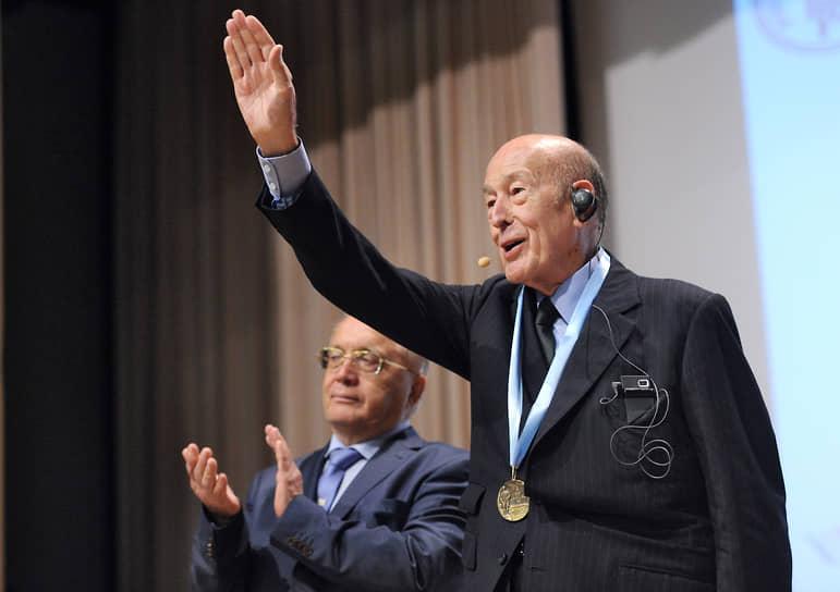 """В ночь со 2 на 3 декабря 2020 года Валери Жискар д'Эстен <a href=""""/doc/4595932"""">умер</a> от осложнений, вызванных коронавирусной инфекцией"""