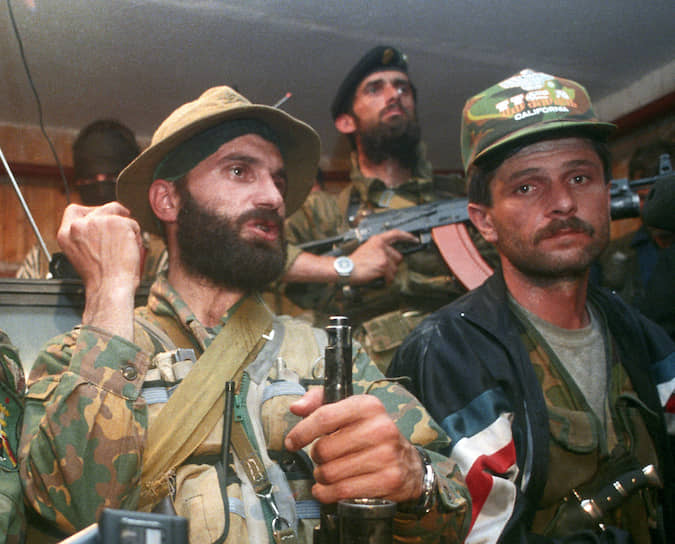 Общее число захваченных составило 1586 человек <br> На фото: полевой командир Шамиль Басаев (слева)