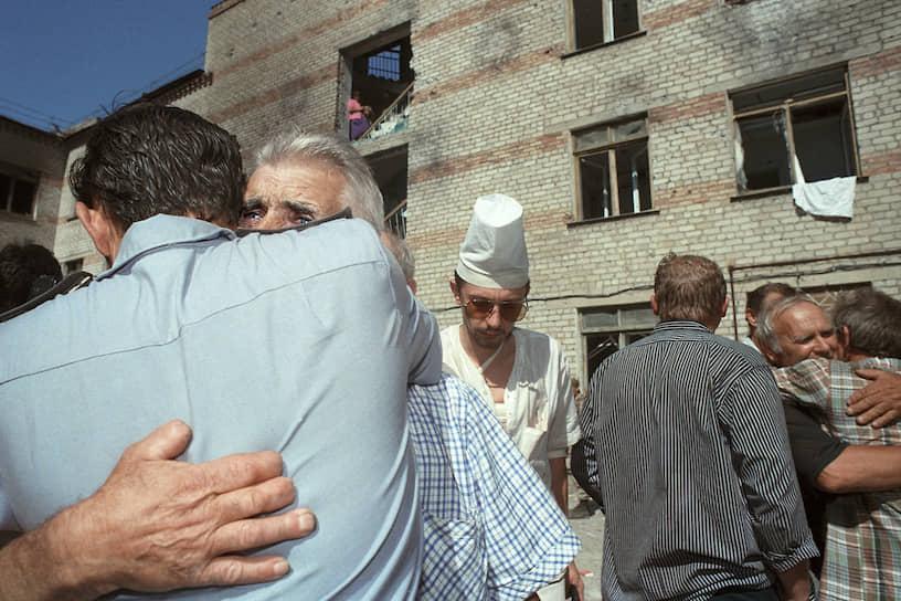 19 июня большая часть заложников была освобождена. Из Буденновска в Чечню отправилась колонна из шести автобусов с 73 террористами. В качестве «живого щита» с собой были взяты 123 заложника