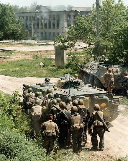 Утром 18 июня начались прямые телефонные переговоры премьера Виктора Черномырдина с лидером боевиков Шамилем Басаевым. Итогом стала договоренность о прекращении боевых действий в Чечне и начале мирных переговоров. В полночь российские войска в Чечне прекратили боевые действия