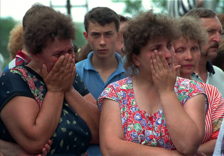 Через час после захвата больницы террористы предъявили ультиматум российским властям: введенные в Чечню федеральные войска должны покинуть территорию республики, а правительство России должно начать переговоры с лидером непризнанной Чеченской Республики Ичкерия Джохаром Дудаевым