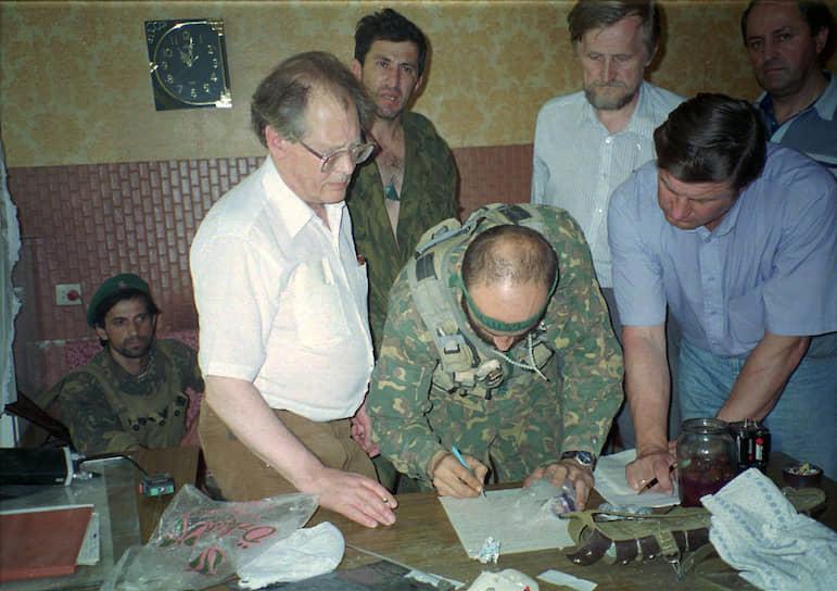 Итогом переговоров стало подписание моратория на боевые действия. 20 июня боевики прибыли в село Зандак в Чечне, где отпустили заложников и скрылись. В результате теракта погибли 129 человек, в том числе 18 милиционеров, 17 военнослужащих, 317 человек были ранены. Ущерб от действий боевиков составил 95 млрд неденоминированных рублей (около $20 млн)