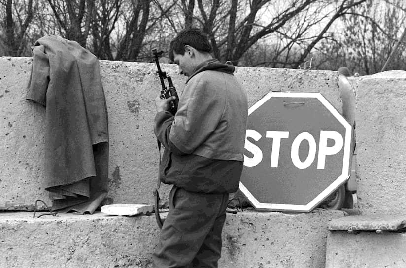 21 июля 1992 года в Москве президенты России и Молдавии Борис Ельцин и Мирча Снегур подписали соглашение «О принципах мирного урегулирования вооруженного конфликта в Приднестровье», а еще через неделю в регион был введен российский миротворческий контингент, который развел враждующие стороны. Приднестровским лидерам это дало возможность спокойно заняться выстраиванием вертикали власти и формированием армии, милиции, погранвойск и спецслужб