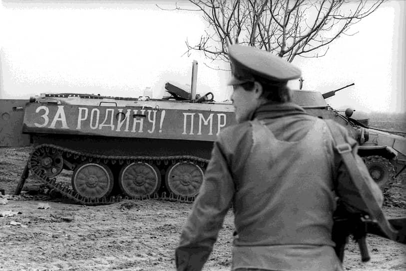 Против образования ПМССР выступили как в Кишиневе, так и в СССР. Решения о провозглашении Гагаузской Республики и ПМССР считались не имеющими юридической силы. Вскоре в Приднестровье были направлены отряды милиции из Кишинева, что вызвало многочисленные протесты. Во время митинга в Дубоссарах 2 ноября 1990 года был заблокирован мост через Днестр. Кишиневская милиция начала разгон митинга с применением слезоточивого газа, впервые с начала конфликта было применено оружие. 3 человека были убиты, 16 ранены. Вечером того же дня по приказу ОСТК все въезды в город были блокированы