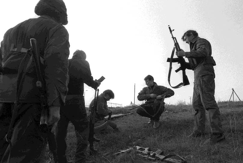 Ситуация ухудшилась после путча августе 1991 года. Кишинев требовал выхода Молдавии из состава СССР. 22 августа начались аресты депутатов Верховного и местных советов Приднестровья. 23 августа была распущена Компартия Молдавии. 25 августа в Тирасполе была принята Декларация о независимости ПМССР. 27 августа Молдавия объявила о своей независимости, а 29 августа в Киеве кишиневскими спецслужбами были арестованы председатель Верховного совета ПМССР Игорь Смирнов и лидер Гагаузии Степан Топал. Тем не менее 2 сентября 1991 года IV съезд депутатов Приднестровья всех уровней утвердил Конституцию, флаг и герб ПМССР