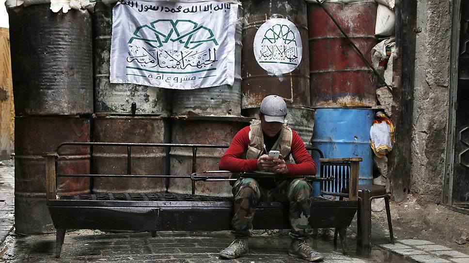 """Надпись на флаге: «""""Нет бога, кроме Аллаха, и Мохаммед - пророк его"""". Исламский фронт». Алеппо, Сирия"""