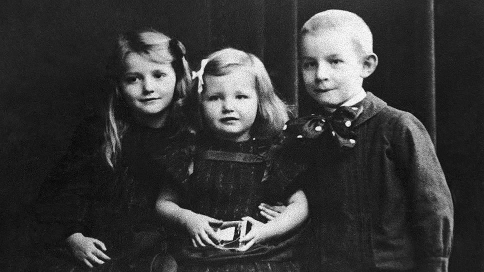 Эрих Пауль Ремарк родился 22 июня 1898 года в Оснабрюке (Германия). Отец будущего писателя работал переплетчиком, и в доме всегда было много книг. Мальчик с детства много читал и рано увлекся литературой. В 1904 году Ремарк поступил в церковную школу, а в 1912 году в католическую учительскую семинарию, чтобы стать учителем народной школы. Затем Ремарк решил продолжить учебу в королевской учительской семинарии На фото слева направо: Эрна, Эльфрида и Эрих Ремарк