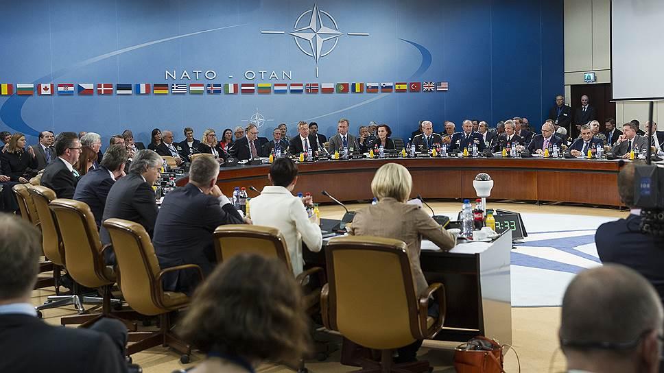 Министры обороны стран НАТО обсудили политику Москвы