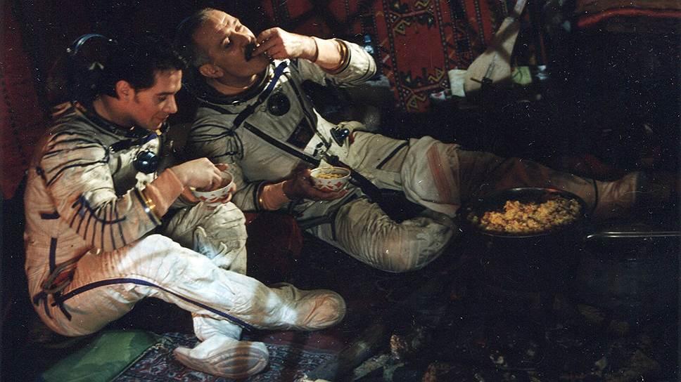В 1995 году телеканал ОРТ запустил «Русский проект» — первую на отечественном телевидении социальную рекламу. В серии коротких телевизионных роликов затрагивались проблемы алгоколизма, войны в Чечне, бедности, связи поколений. Слоганами были: «Помни о близких!», «Берегите любовь!», «Не делите Россию!», «Верь в себя!». В кампании участвовали отечественные звезды, среди которых — Алла Пугачева, Никита Михалков, Олег Ефремов, Олег Табаков, Евгений Стычкин, Юрий Шевчук, Владимир Машков, Евгений Сидихин и другие